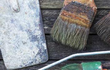 Herramientas para pintar colocadas sobre una superficie de madera
