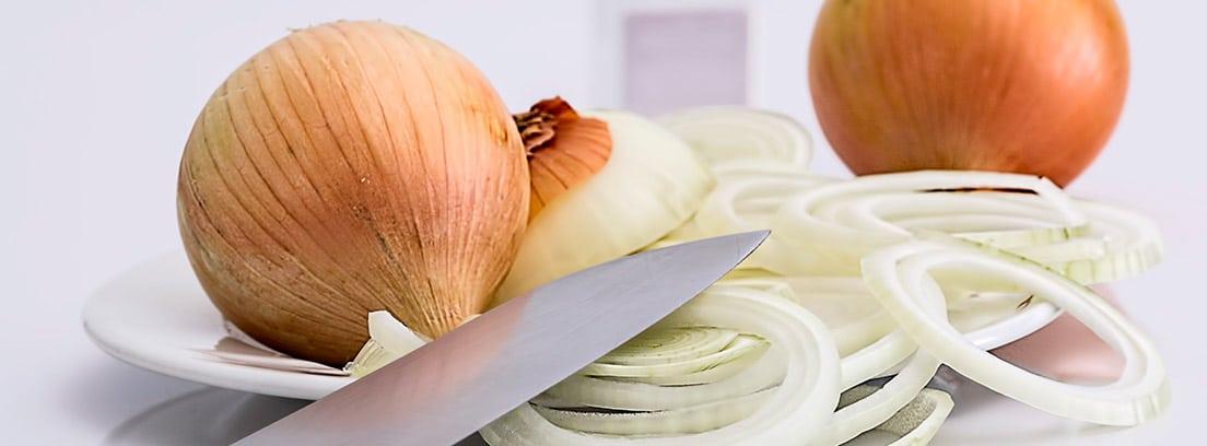 Cebollas enteras y cortadas con cuchillo
