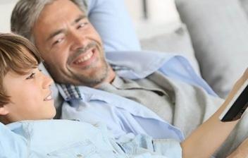 Padre e hijo riendo