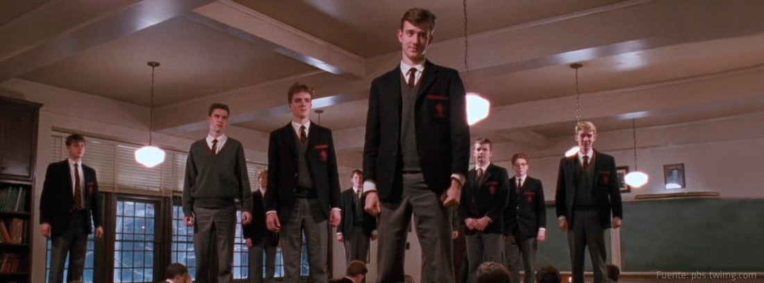 Niños colegio con uniforme