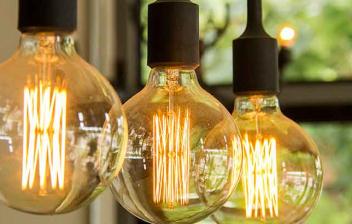 tres bombillas de luz amarilla con fondo verde
