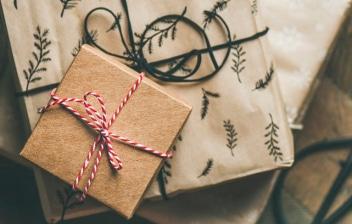 Vista cenital de tres regalos envueltos con papel original