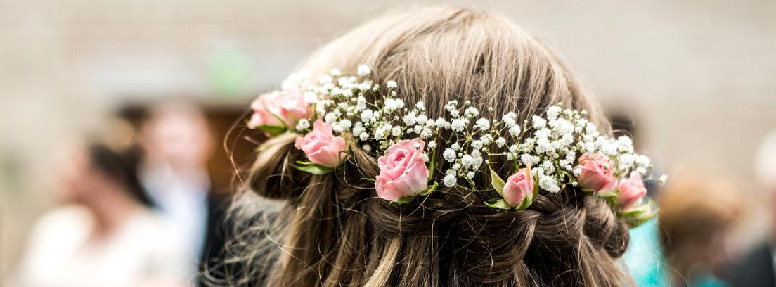 Vista trasera de un tocado realizado con flores naturales