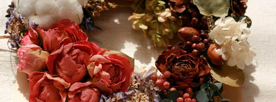 Diadema realizada con flores secas sobre un carta