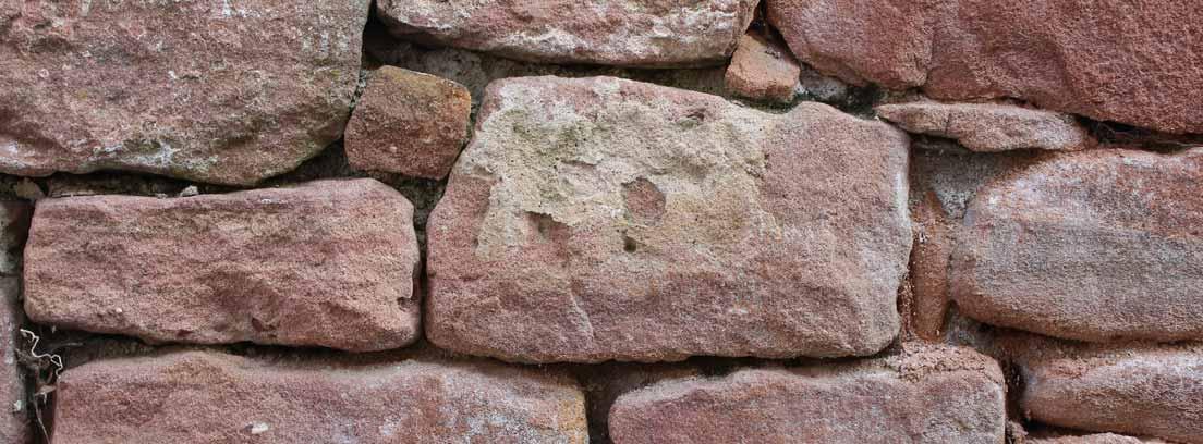 Fachada de piedra roja