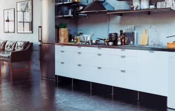 Cocina de estilo industrial abierta al salón