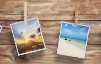 Varias fotos colgadas con pinzas.