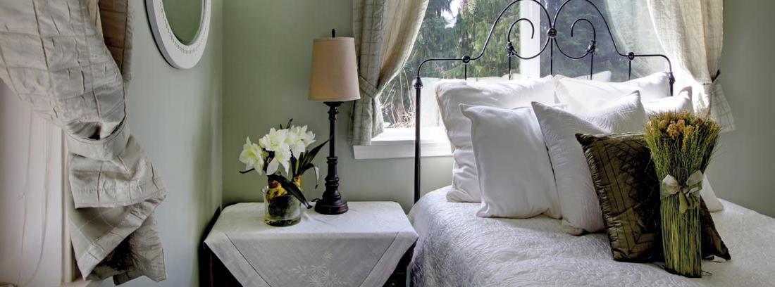 Dormitorio decorado con cortina y estor
