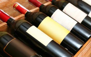 Varias botellas de vino en un botellero de madera