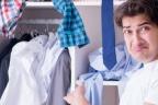 Hombre asombrado mostrando su armario