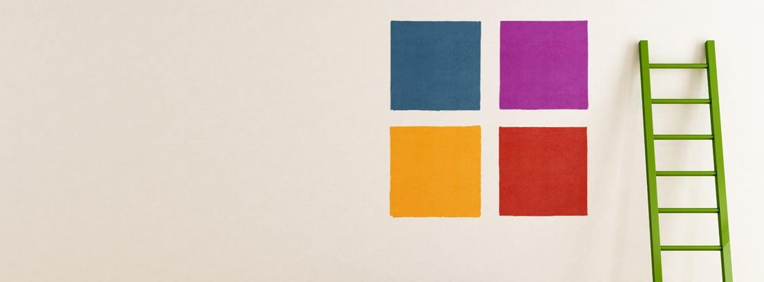Cuadrados de distintos colores sobre una pared blanca