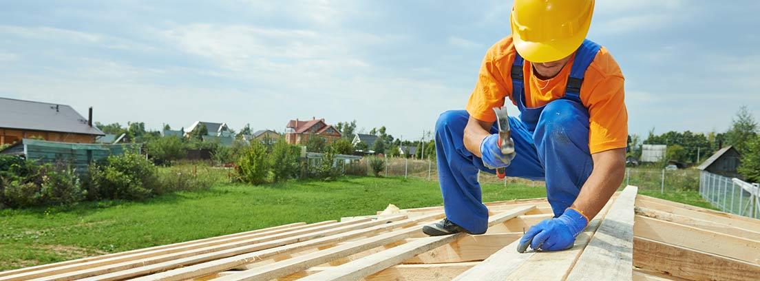 carpintero trabajando con la madera