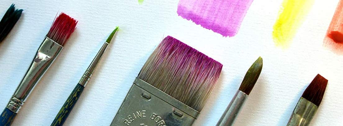 Pinceles dejando rastros de diversos colores
