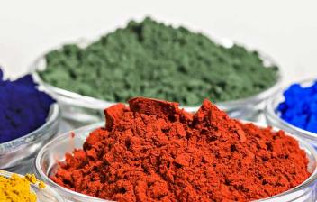 Pigmentos naturales de diferentes colores en recipientes de cristal