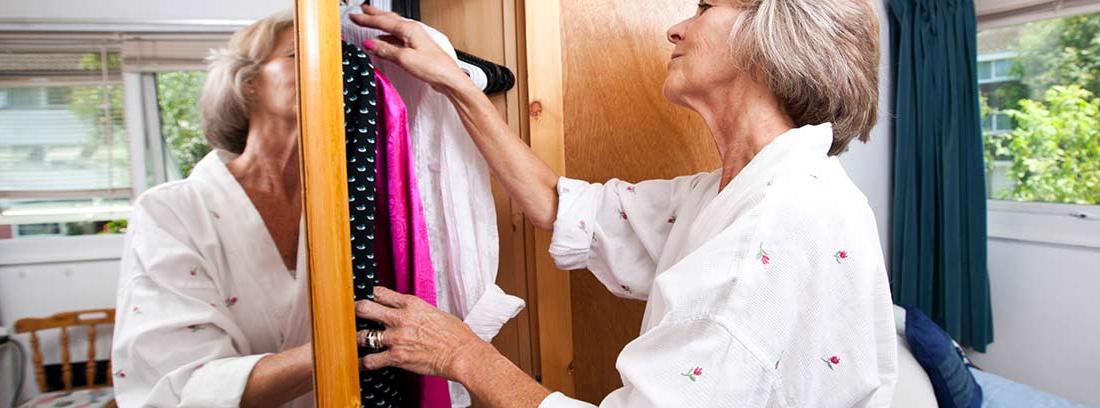 Mujer mirando dentro de un armario