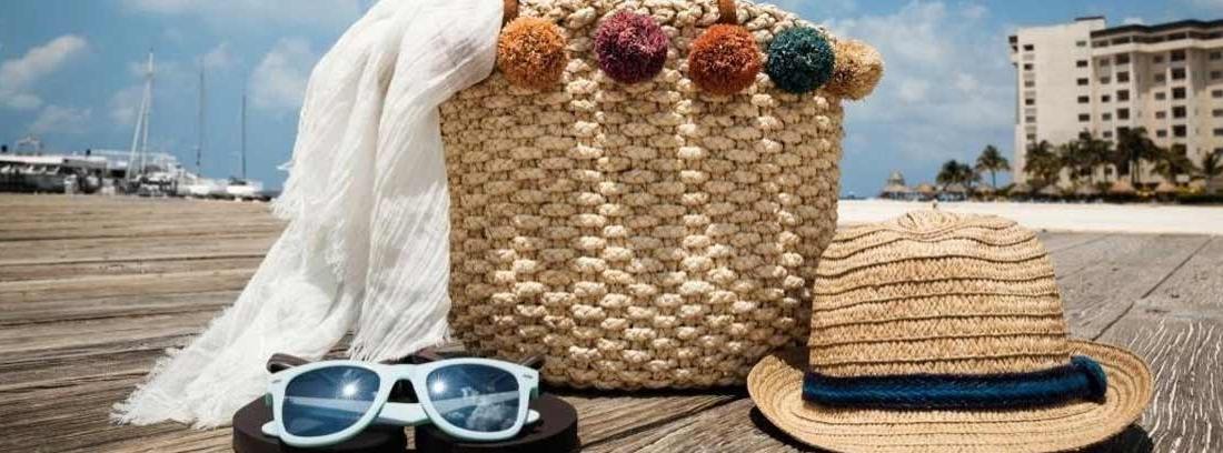 Bolso de playa, gorro y gafas de sol