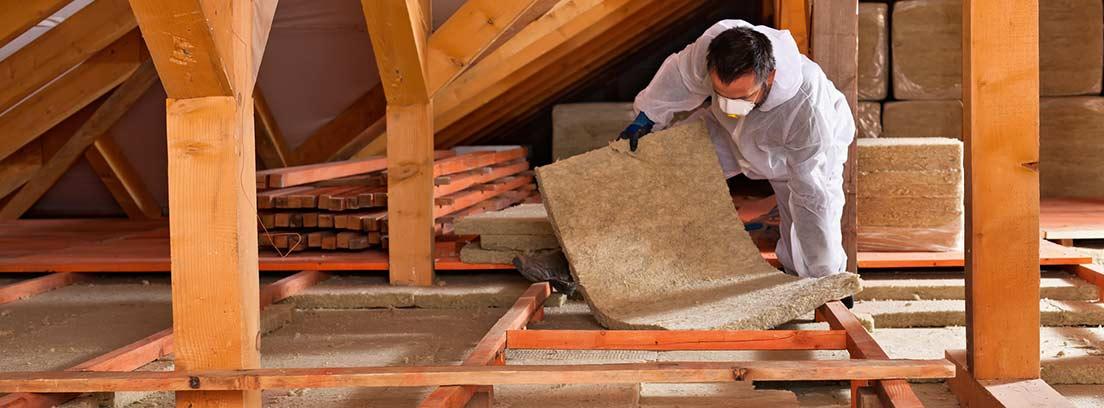 Hombre trabajando en el aislamiento de una buhardilla