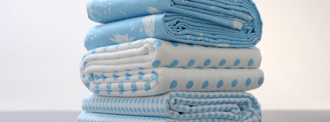 Varias sábanas de color azul apiladas