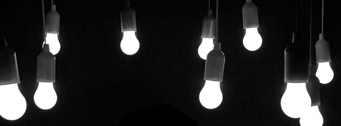 Varias bombillas colgando