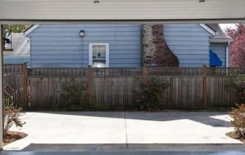 Vista de la puerta de un garaje desde dentro