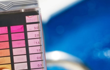 medidor de pH y cloro en una piscina