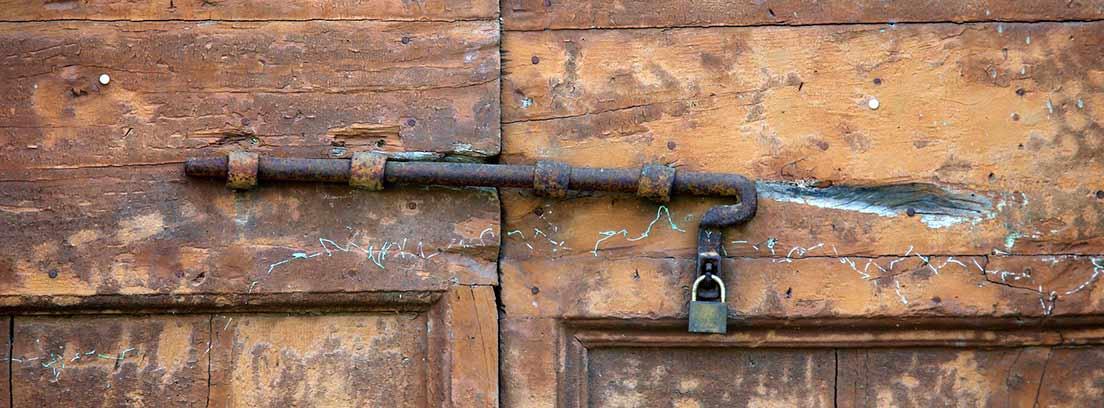 Puerta antigua con restos de carcoma
