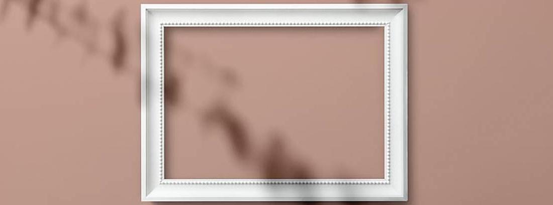 Marco blanco sobre pared rosa