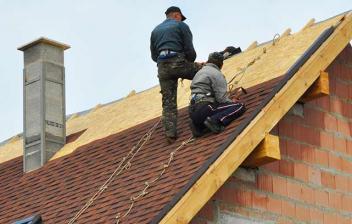Hombres construyendo una vivienda