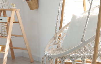 Silla colgante de macramé en un salón