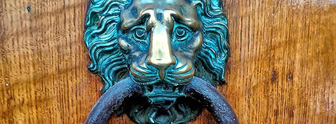 Llamador de puerta de bronce antiguo con forma de león