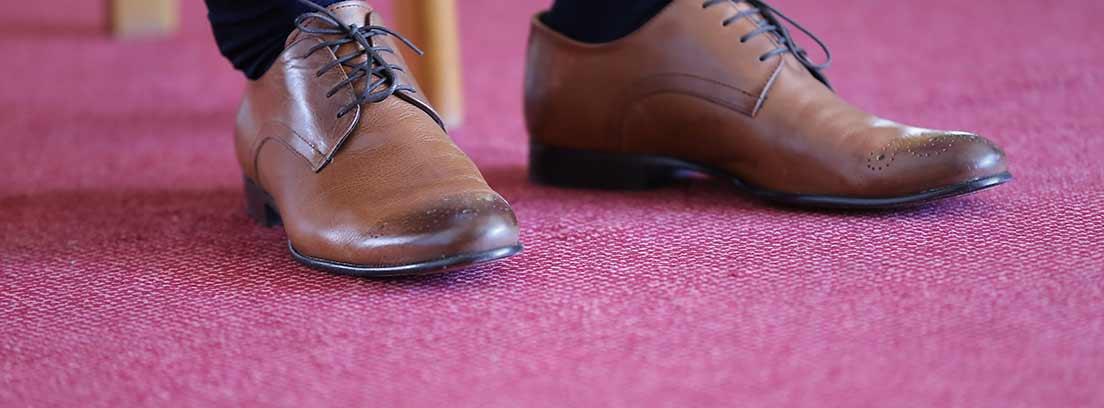 Zapatos elegantes sobre una moqueta
