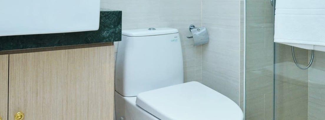 Baño con mueble bajo el lavabo