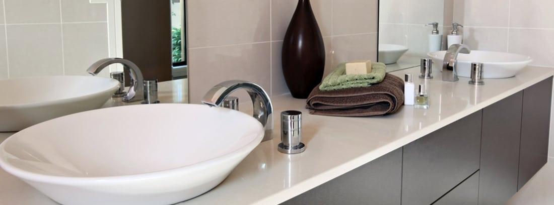 Lavabo moderno con encimera y muebles marrones