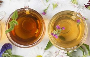 4 tazas de té sobre un mantel con flores