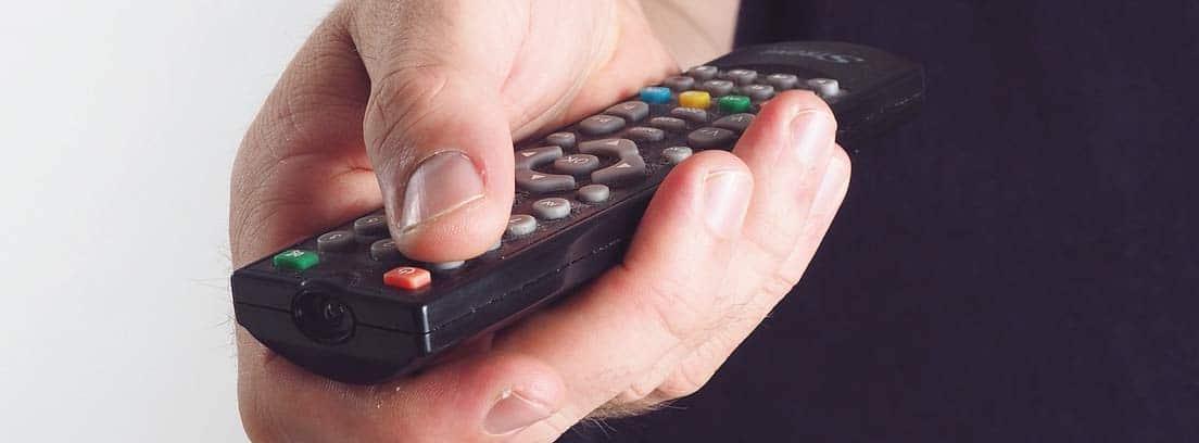 Mano usando un mando a distancia