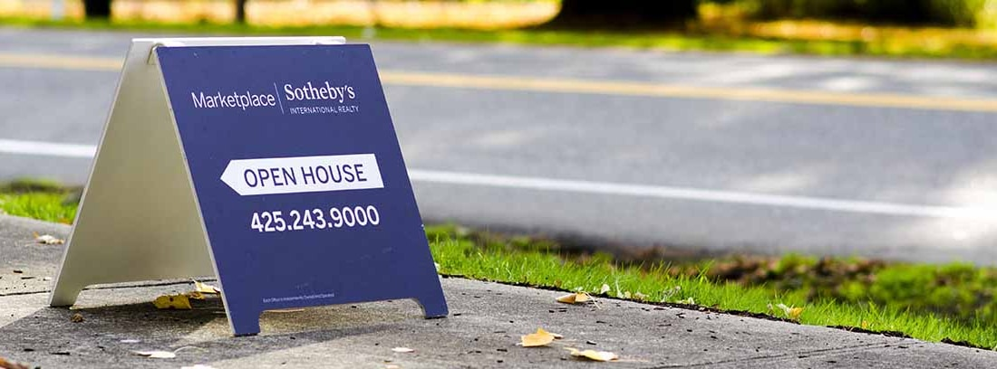 Cartel de venta de una casa gestionada por una agencia inmobiliaria