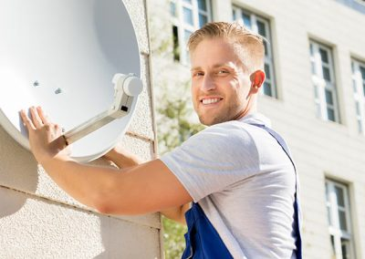 Hombre instalando una antena parabólica