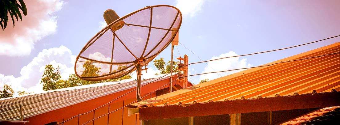 Instalación de antena parabólica en un tejado