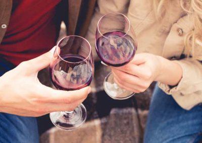 Hombre y mujer brindando con unas copas de vino