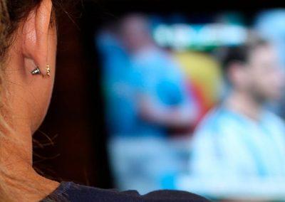 Mujer viendo la tv
