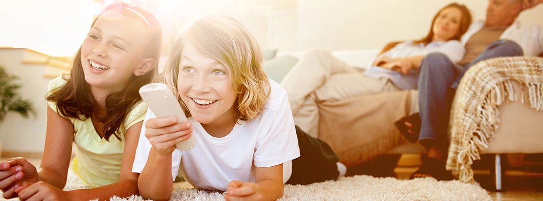 niños con mando sonriendo