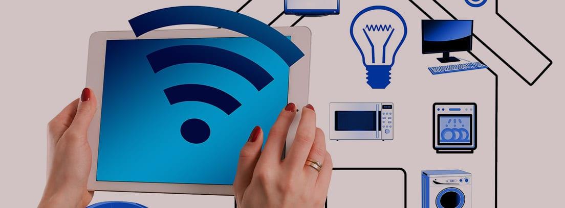 Manos con una Tablet controlando los dispositivos electrónicos de una casa gracias a enchufes inteligentes