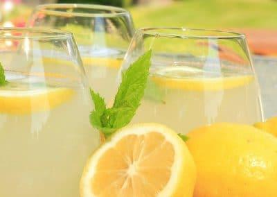 Limones y limonada en vasos sobre una cesta