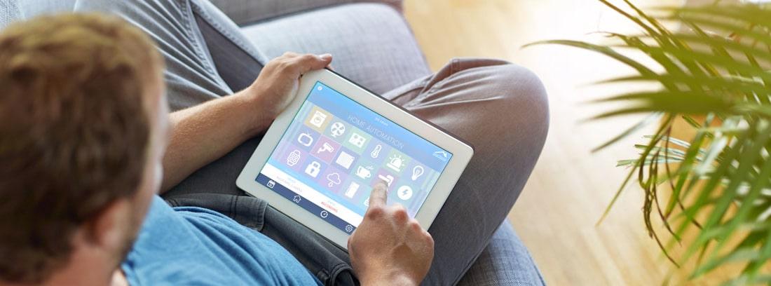 Niño jugando a la tablet