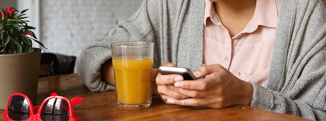 Mujer desayunando zumo de naranja