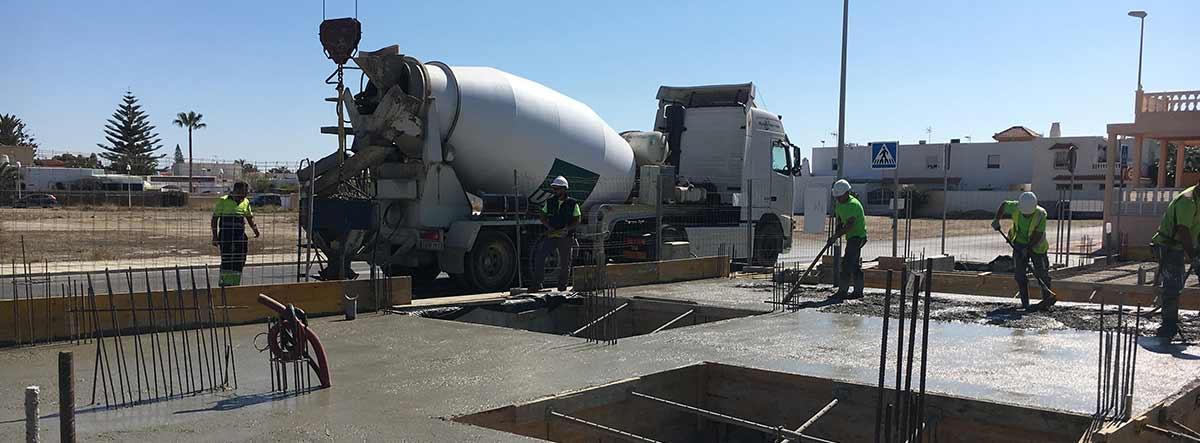 Imagen de un proyecto en obras con estructuras de hormigón armado. Momento del vertido del hormigón en la losa de cimentación.