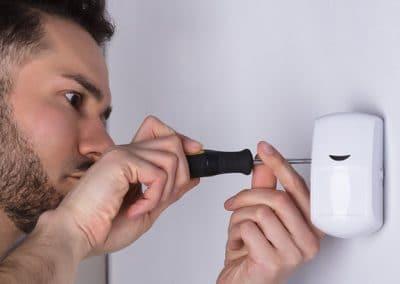 Hombre instalando un sensor de movimiento