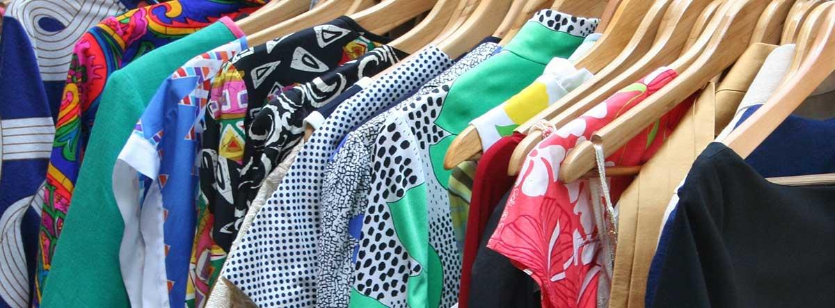 Prendas de ropa colgadas en perchas