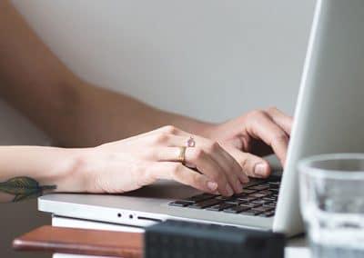 Manos de mujer sobre el teclado de un ordenador