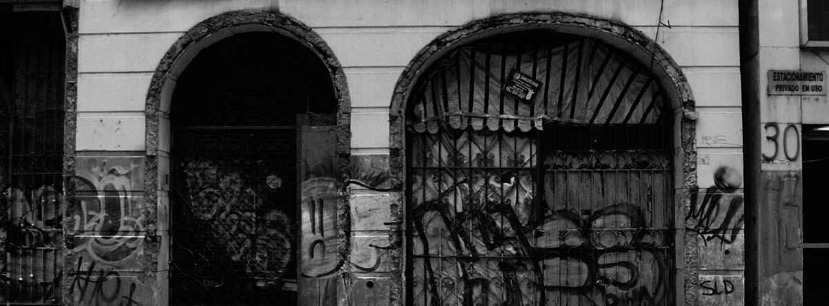Dos entradas de un edificio con forma de arco.